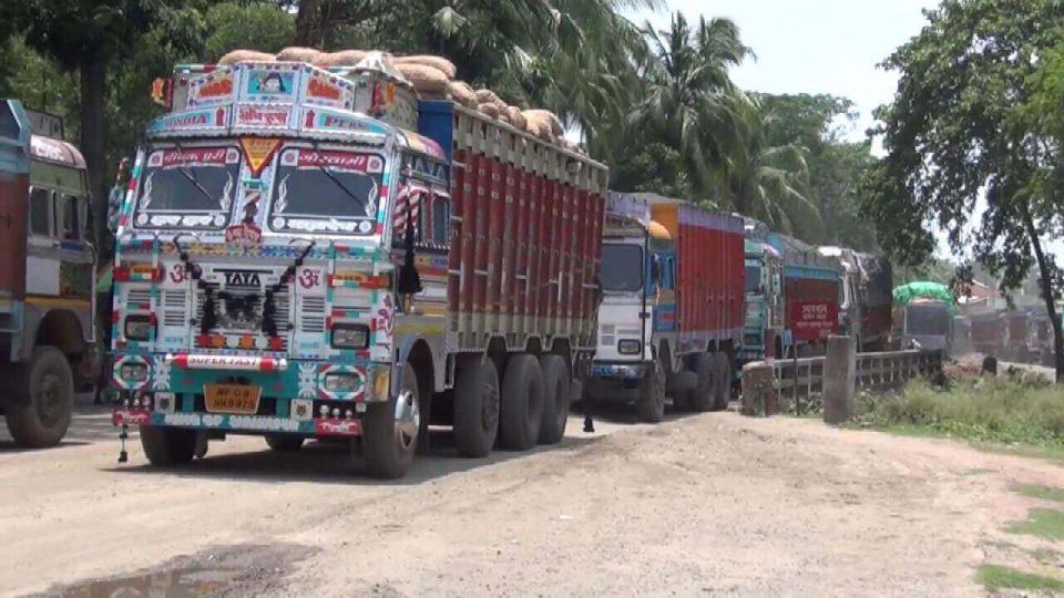 mahadipur-border-trucks